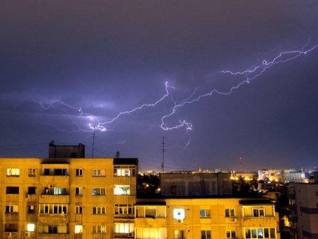 Prognoza speciala pentru Bucuresti: <span style='background:#EDF514'>TEMPERATURA</span> minima scade la 17 grade. Vin ploi torentiale