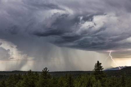 Alarta ANM! Cod portocaliu de ploi abundente in 10 judete si cod galben de descarcari electrice, vijelii si grindina