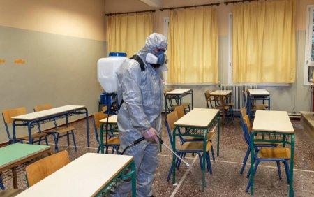 Un invatator nevaccinat din <span style='background:#EDF514'>CALIFORNIA</span> a infectat cu coronavirus 18 elevi. Cadrul didactic nu a purtat masca de protectie
