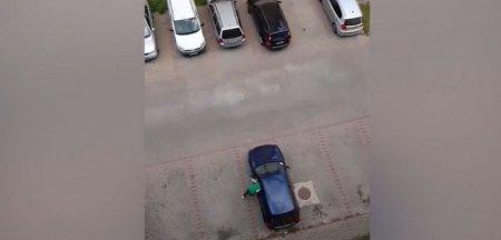 Cum s-a chinuit un sofer minute in sir sa parcheze intr-o parcare goala. Fratilor, nu-i de ras, ganditi-va ca asta circula pe <span style='background:#EDF514'>SOSELE</span> VIDEO