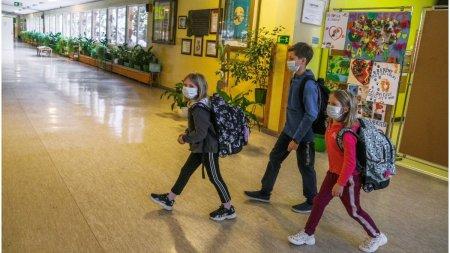 Un invatator nevaccinat din SUA si-a imbolnavit de COVID-19 jumatate din elevi dupa ce le-a citit fara masca