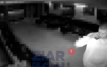 VIDEO <span style='background:#EDF514'>ADJUNCTUL</span> Politiei Rutiere Romane, filmat beat in club, in timp ce cade peste masa unor clienti