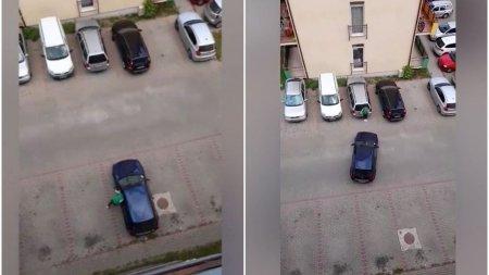 Un sofer se chinuieminute in sir sa parcheze intr-o parcare goala, dirijat de o femeie, la Cluj