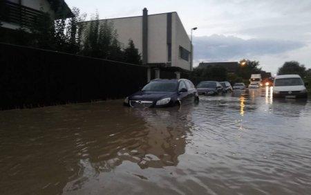 <span style='background:#EDF514'>ACOPERISURI</span> smulse de vant, gospodarii si strazi inundate in mai multe judete din tara
