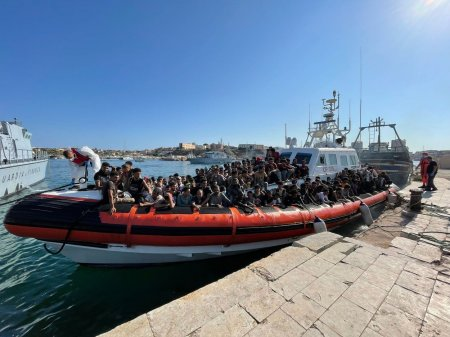 Femei si copii singuri, printre cei peste 500 de migranti care au ajuns cu o barca pe insula Lampedusa. Unii au semne de violenta