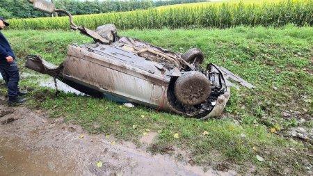 Masina rupta in doua dupa un accident care a avut loc la Iasi. Jumatate din masina, aruncata zeci de metri