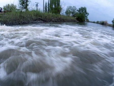 Cod portocaliu de inundatii pana luni pe rauri din 11 judete