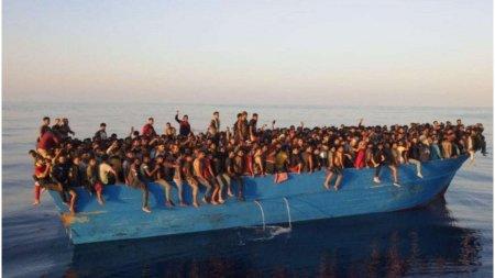 Peste 500 de migranti inghesuiti pe o ambarcatiune, au fost salvati si debarcati pe insula Lampedusa din Italia