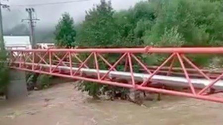 Jumatate din locuitorii orasului Busteni, ramasi fara apa potabila dupa inundatiile din zona