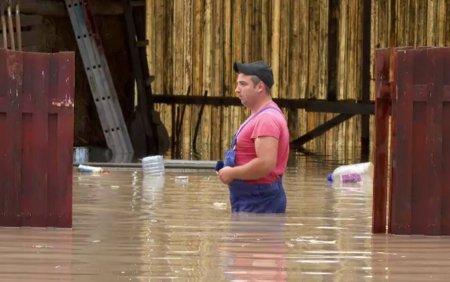 Prapad in mai multe localitati din tara aflate sub <span style='background:#EDF514'>CODURI</span> de vreme rea. Oamenii au inotat in apa pana la brau
