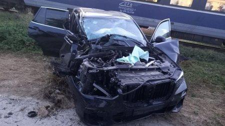 SUV izbit violent de un tren de calatori, in <span style='background:#EDF514'>COMUNA 23 AUGUST</span>, Constanta: Pasagerii din masina, raniti