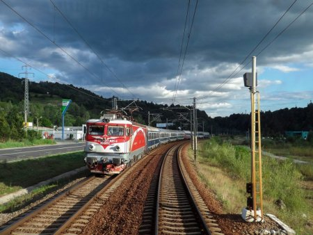 Traficul feroviar este blocat intre Constanta si Mangalia dupa ce un tren a lovit un autoturism