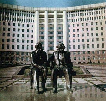 PLASAMENTE ALTERNATIVE  Oameni si statui, la Chisinau