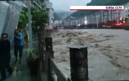 Strazile din China s-au transformat in rauri. Sunt sute de victime, puhoaiele au inundat si metroul