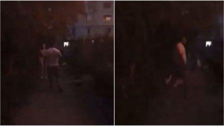 Barbat filmat in timp ce batea mai multi adolescenti, la <span style='background:#EDF514'>TECU</span>ci. A inceput sa ii injure si sa ii ameninte