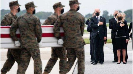 Scriele cu trupurile americanilor cazuti in Kabul au ajuns acasa. Joe Biden si sotia acestuia au participat la <span style='background:#EDF514'>CEREMONIE</span>