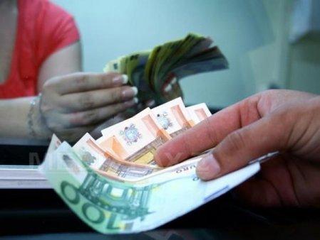 Euro urca luni la un nou maxim istoric. De la inceputul anului, euro a crescut cu 1,35%, de la 4.8691 lei la 4.9349 lei