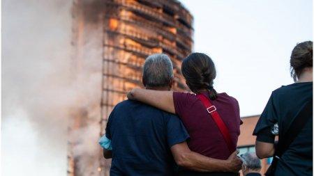 Locatarii blocului din Milano care a ars ca o torta: Ni s-a spus ca <span style='background:#EDF514'>PANOURI</span>le care imbraca cladirea sunt ignifuge, in schimb s-au topit ca untul
