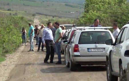 Satui de promisiuni, zeci de oameni din Vaslui, au iesit la protest, nemultumiti de starea in care se afla drumul judetean
