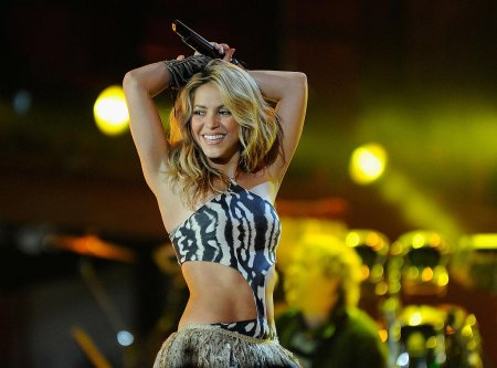 Shakira a postat o fotografie simpatica cu cei doi baietei ai ei, de la <span style='background:#EDF514'>INOT</span>. Pe unul dintre ei, cantareata il tine in brate