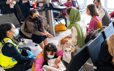Scene haotice in Marea Britanie, dupa <span style='background:#EDF514'>ATERIZA</span>rea refugiatilor afgani. Au ajuns desculti si tremurand