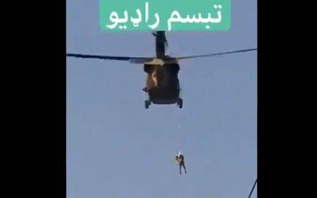 Un taliban a fost filmat in timp ce statea <span style='background:#EDF514'>AGATA</span>t de un elicopter american in zbor