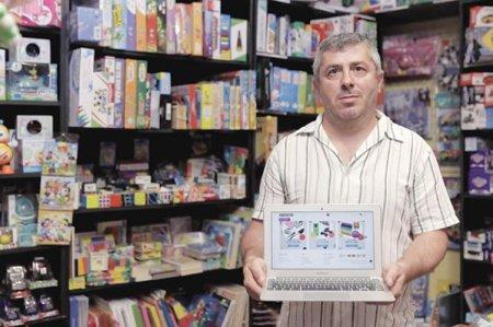 Afaceri de la zero. Adrian Stoican a dus magazinul Office Vision din Brasov la afaceri de 200.000 de euro pe an din vanzarea de produse de papetarie si jucarii. In pandemie au inceput sa se cumpere jucariile antistres pentru copii si tineri, am vandut cateva mii de jocuri de societate, de jucat in casa.