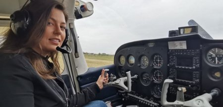 Tanara care piloteaza avioane la 21 de ani. Trebuie sa ai inima buna, <span style='background:#EDF514'>NERVI</span> si putere de concentrare FOTO