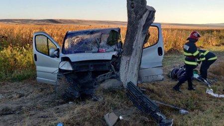 Microbuz cu muncitori distrus intr-un copac, accident grav in zona Padurea Sarului din Olt