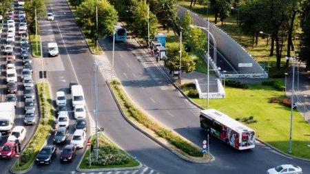 Trei calatori au fost dusi la spital, dupa ce au cazut intr-un autobuz care a franat brusc, in Bucuresti. Explicatia STB