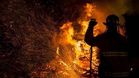 Arde pamantul in Romania! Interventie de urgenta a pompierilor, noaptea trecuta (VIDEO)
