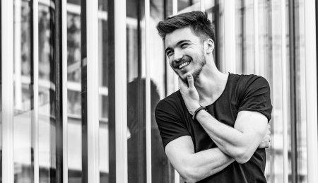 <span style='background:#EDF514'>POVESTEA LUI</span> Vlad Morar, finalist X Factor. Muzica e traditie de familie: Tata e dirijor, iar bunicul a fost violist al Operei Romane