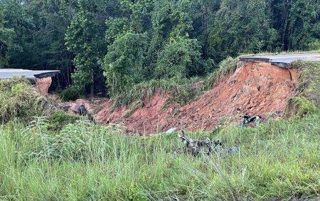 Doi oameni au murit si mai multi sunt in stare grava, dupa ce o parte dintr-o autostrada s-a prabusit FOTO