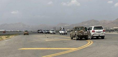Talibanii patruleaza in elicoptere americane Black <span style='background:#EDF514'>HAWK</span> cu corpuri umane atarnand din ele VIDEO