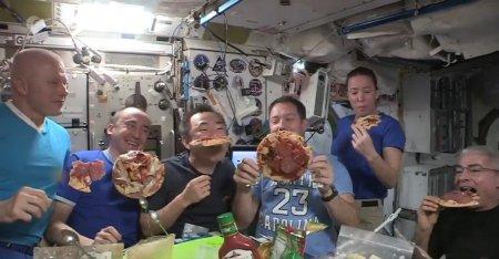 Imagini inedite: cum arata o petrecere cu pizza plutitoare, in spatiu. Se simte ca o zi de sambata, pe Pamant!