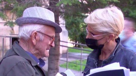 Bunic de 75 de ani, venit de <span style='background:#EDF514'>LA TIMISOARA</span>, plangand la usa ministerului Muncii: Am muncit dela 14 ani si nu am bani de medicamente