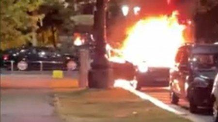 O masina a luat foc pe <span style='background:#EDF514'>SPLAIUL INDEPENDENTEI</span> din Capitala