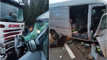 Un microbuz plin cu oameni a intrat pe contrasens si s-a izbit de un TIR pe DN 17, la Suceava. Cinci persoane, transportate la Urgenta
