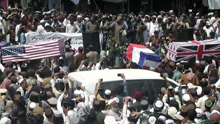 Sicrie inv<span style='background:#EDF514'>ELITE</span> in steaguri americane, britanice si franceze, conduse de multime pe strazile unui oras din Afganistan