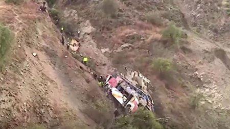 Un autobuz a cazut intr-o rapa si s-a facut bucati, in Anzii peruvieni. 29 de oameni au murit