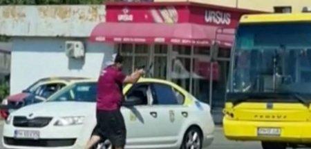 Un barbat inarmat cu un pistol de <span style='background:#EDF514'>JUCARIE</span> a creat panica pe o strada din Ploiesti. A fost nevoie de interventia mascatilor VIDEO