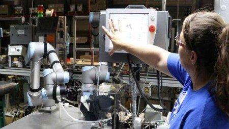 <span style='background:#EDF514'>UNIVERSAL</span> ROBOTS: Aplicatii cu roboti colaborativi in productia de electronice
