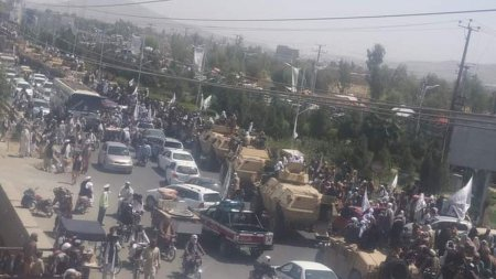 Talibanii, parada la Kandahar cu <span style='background:#EDF514'>ARMELE</span> si masinile aduse de SUA in Afganistan. Cine ii ajuta sa redeschida aeroportul din Kabul