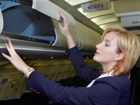 VIDEO O insotitoare de bord explica de ce pasagerii trebuie sa tina telefonul pe mod avion