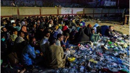 <span style='background:#EDF514'>AMBASADA</span> Marii Britanii a sfatuit afganii sa mearga la aeroport cu cateva ore inainte de atacul sinucigas