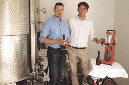 Afaceri de la zero. Daniel Crisan si Sergiu Muresan au renuntat la joburile lor din Franta si au revenit in Romania, unde au pus <span style='background:#EDF514'>BAZELE</span> businessului Transylvania Brew, la Dej