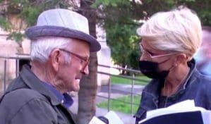 Disperat, un pensionar plange la usa Ministerului Muncii