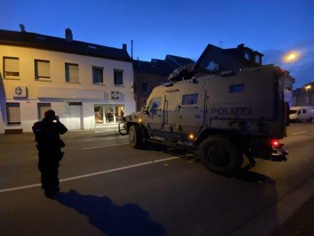 Politia germana a intrat cu tancul intr-un sediu al clubului Hells <span style='background:#EDF514'>ANGELS</span>, pentru a ridica un suspect de crima