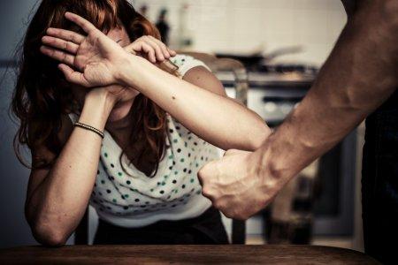 Violenta impotriva femeilor costa statul roman 12,6 miliarde de euro pe an. De trei ori cat bugetul de la Sanatate