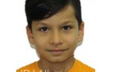 Copil de 10 ani din <span style='background:#EDF514'>ALBA IULIA</span>, dat disparut, dupa ce a plecat din fata blocului. Politia il cauta